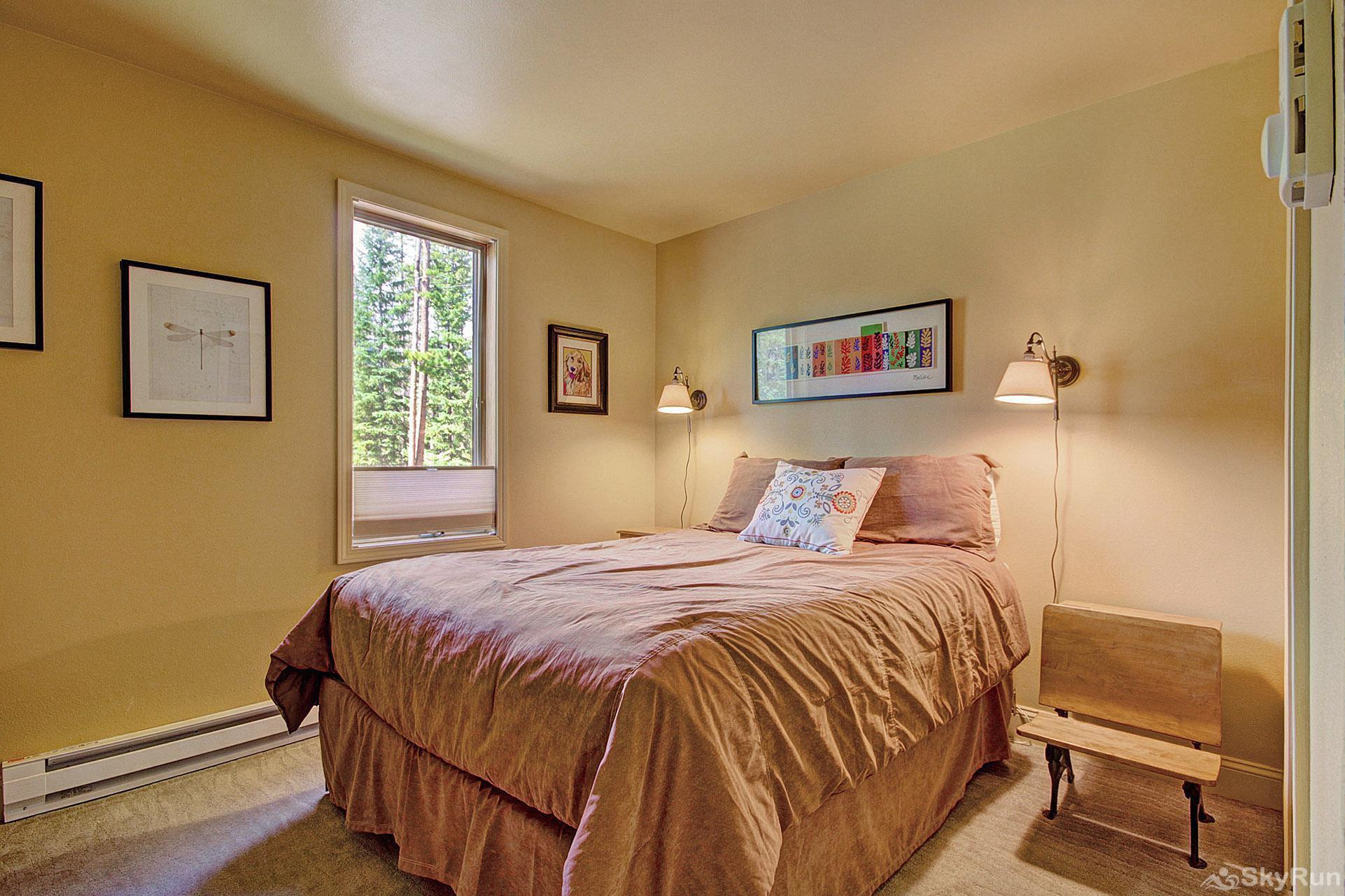 Peak Seven Cottage Comfortable queen bedroom