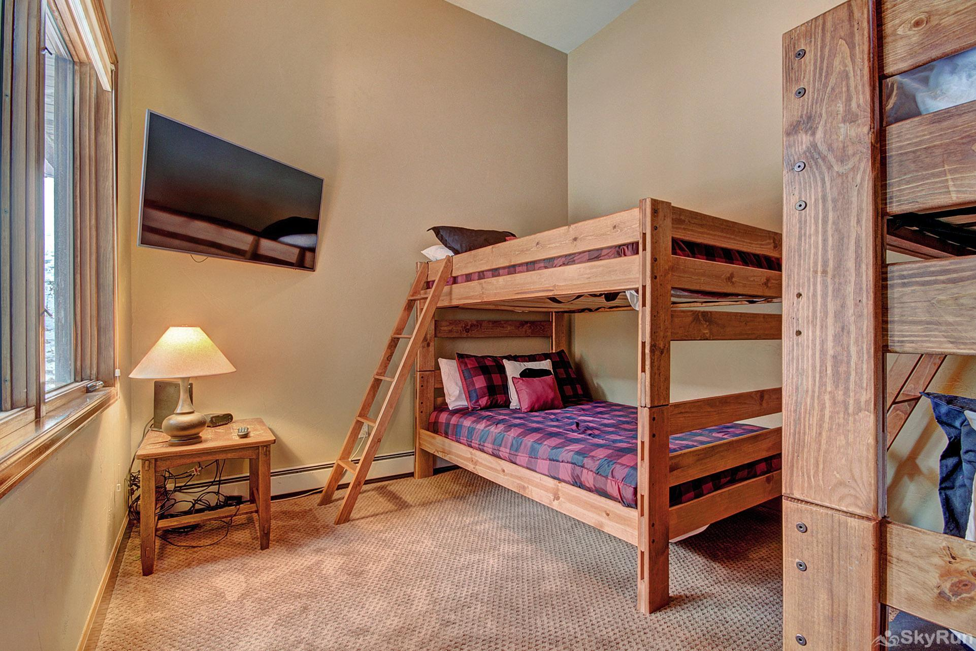 Big View Lodge Bunk room with flat screen tv & ensuite full bath