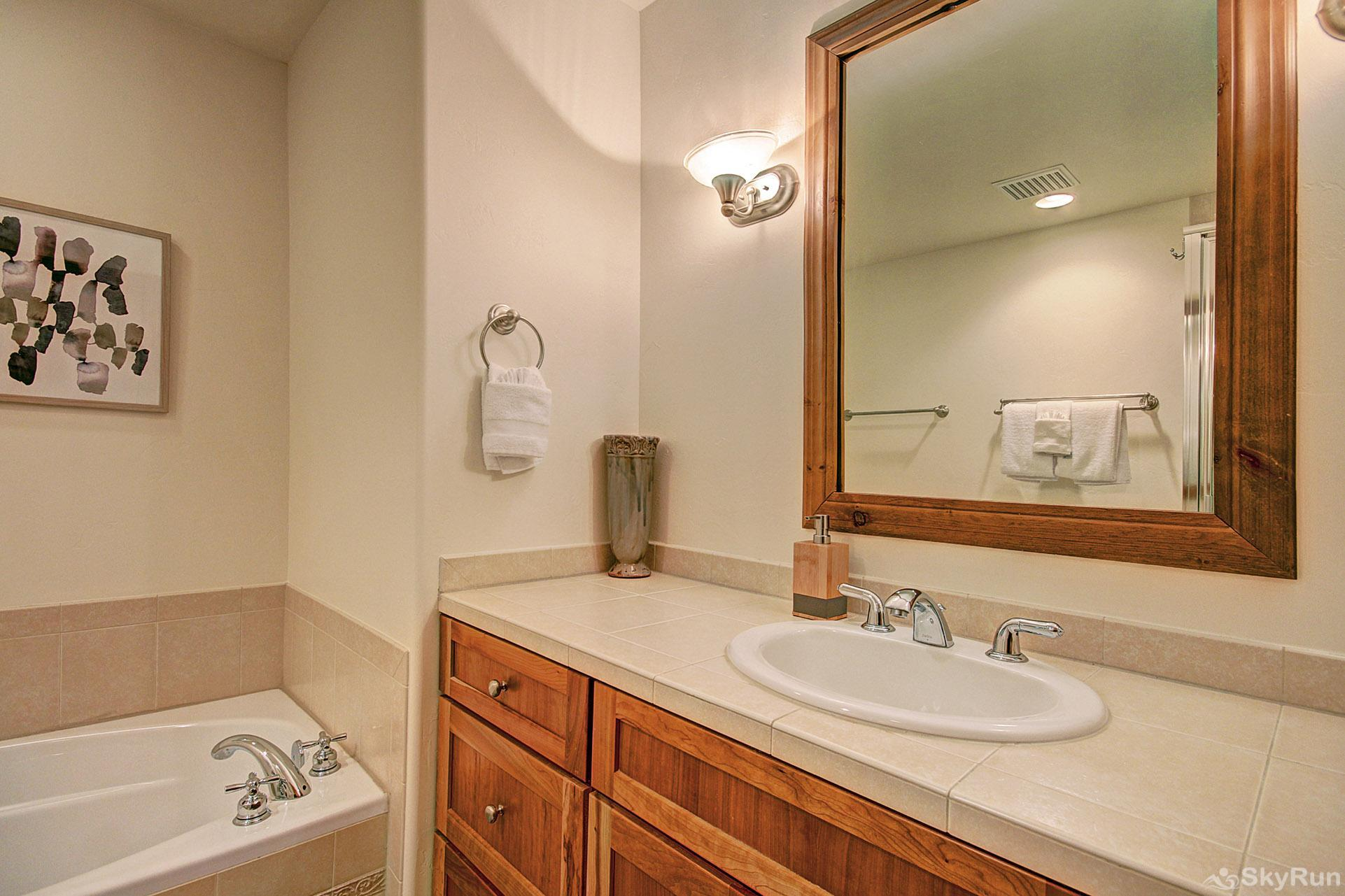Highland Greens Pine Queen master suite bathroom
