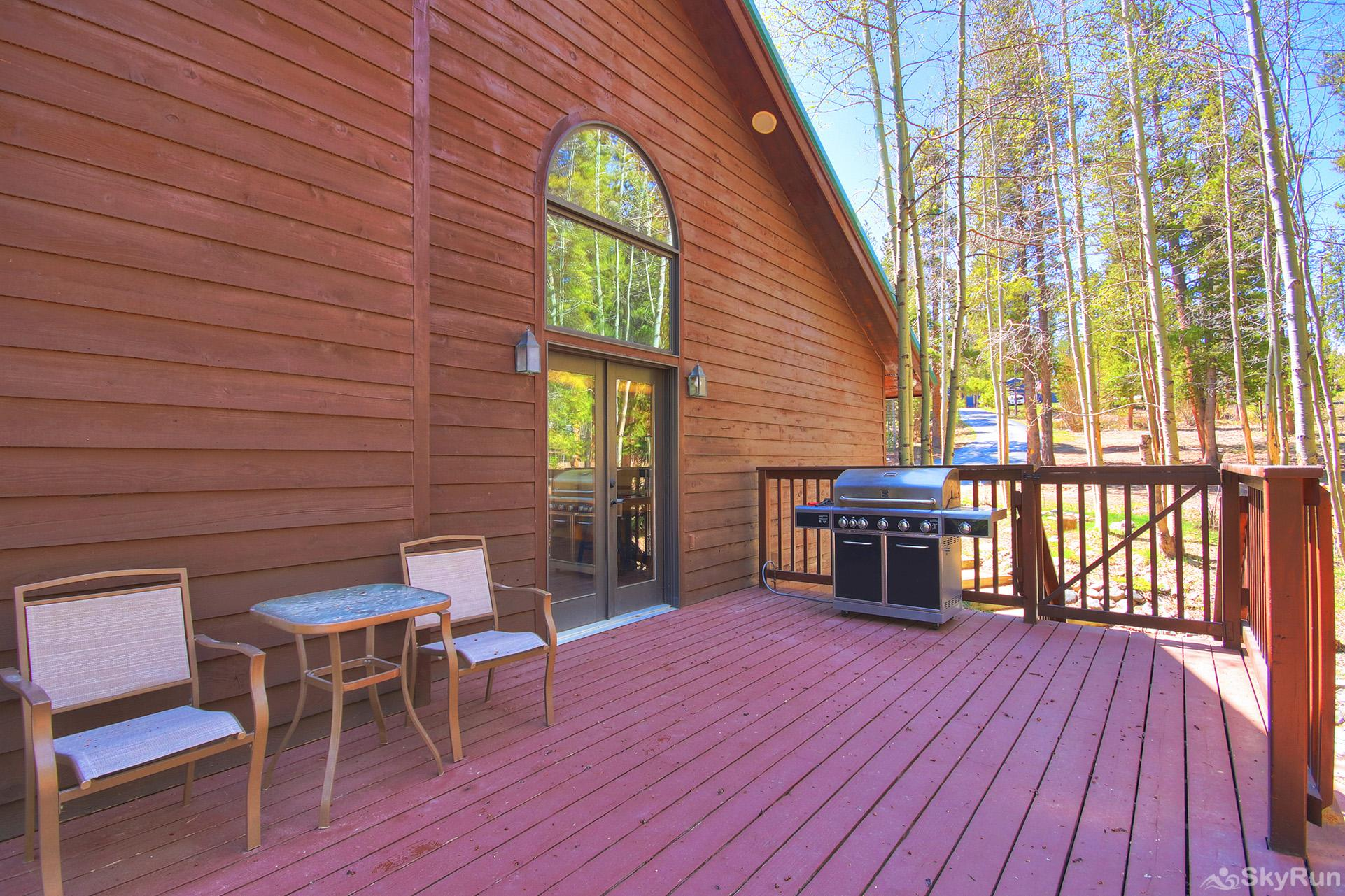 Aspen Heights Lodge Spacious private deck with propane bbq