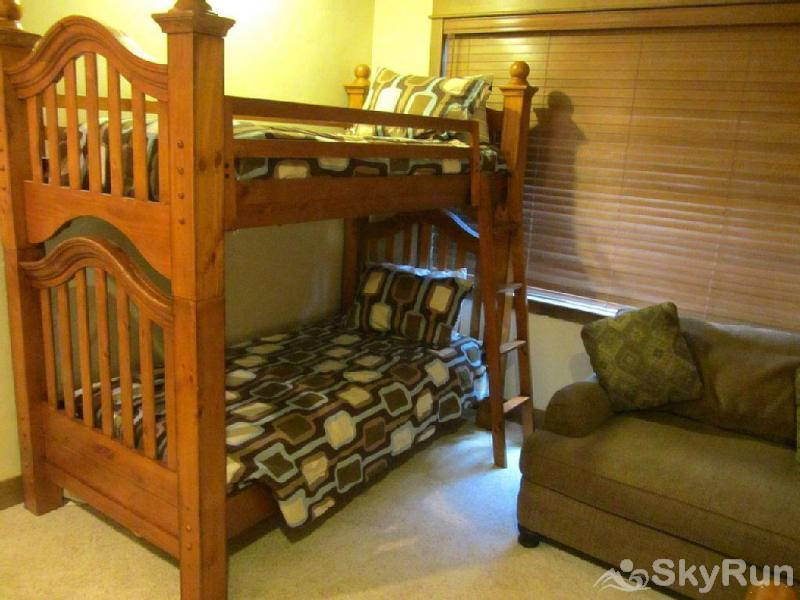 Mountain Sky Lodge King bedroom with bunks