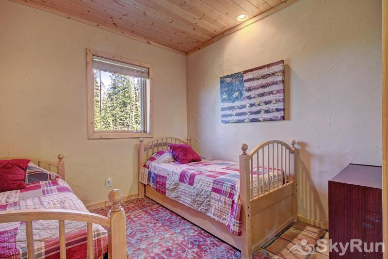 Quandary View Lodge Great twin bedroom on the lower level for kids