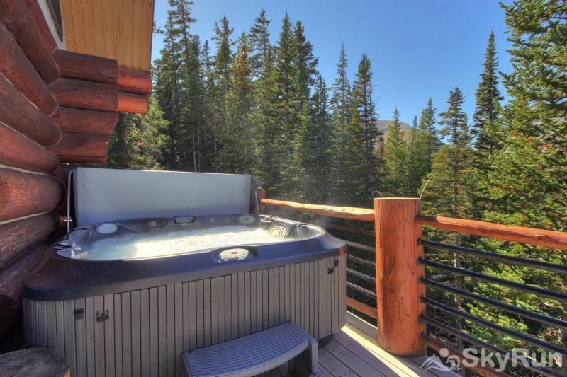 Quandary View Lodge Private outdoor hot tub after a long day