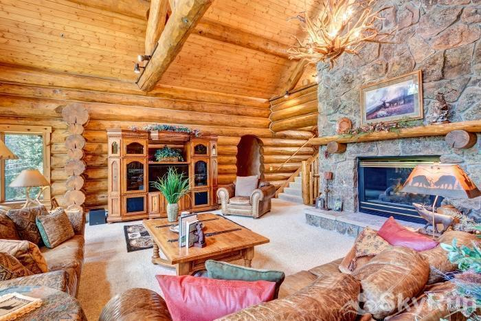 Pine Forest Lodge Enjoy evenings by the fire in this log cabin