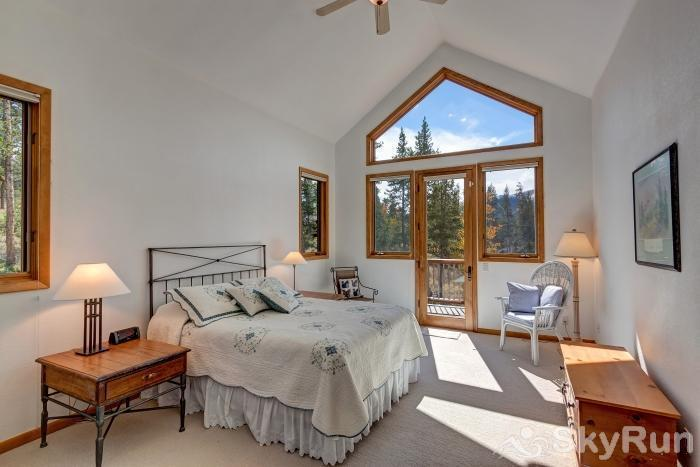 Ten Mile Lodge Spacious queen bedroom
