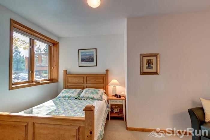 Ten Mile Lodge Queen bedroom