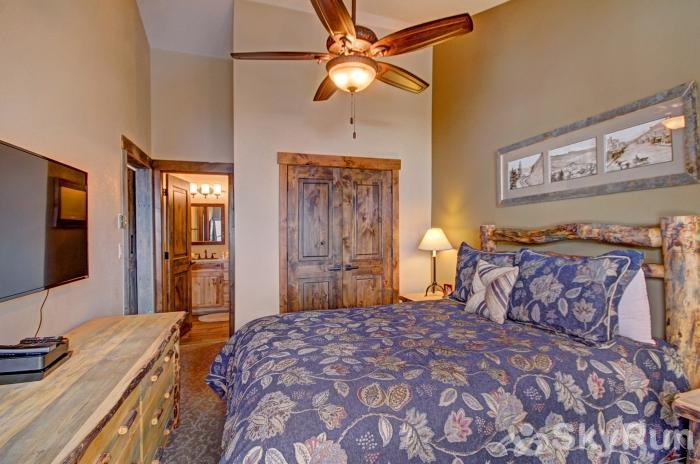 Village Point 109 Upper level queen suite with flat screen TV & ensuite bath